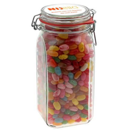 Vierkante glazen snoeppot van 1,5 liter gevuld met Jelly Beans