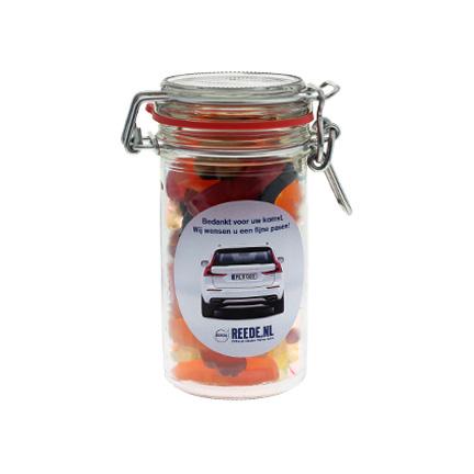 Glazen snoeppot gevuld met snoep als weggevertje