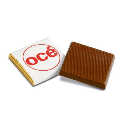 Gepersonaliseerde vierkante napolitains bedrukt met uw bedrijfslogo als weggevertje bij de koffie