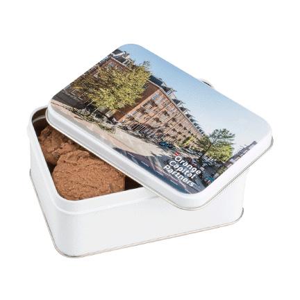 Gepersonaliseerd koekblik gevuld met koekjes als give-away aan uw klanten