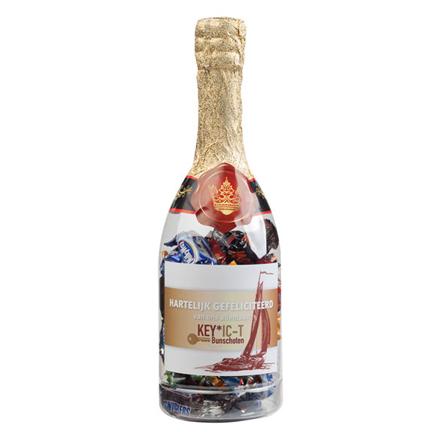 Bedrukte champagnefles met bonbons als relatiegeschenk