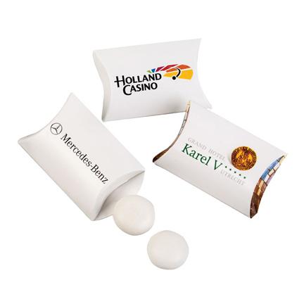 Gepersonaliseerd envelopdoosje met 2 Mentos als give-away
