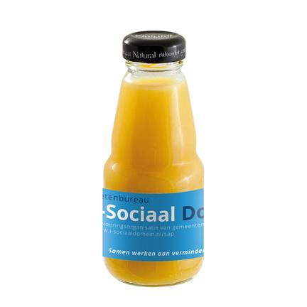 Flesje biologisch sinaasappelsap met logo