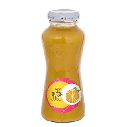 Flesje sinaasappelsap met logo als promotiemiddel