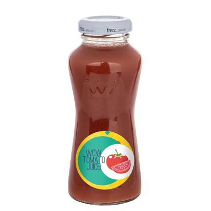Flesje tomatensap met bedrijfslogo als dorstlesser tijdens beurs